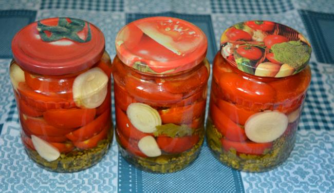 помидоры резанные с луком на зиму